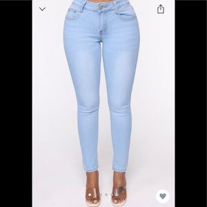 Fawn Mid Rise Skin y Jeans - light wash